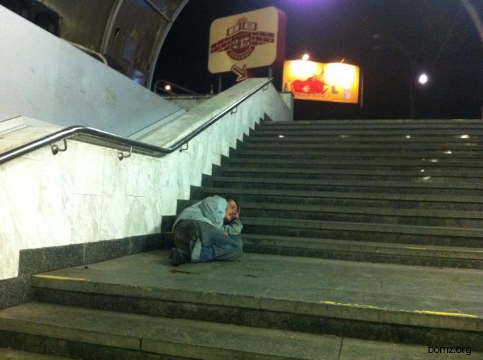 Бомж прилег отдохнуть на ступеньках подземного перехода
