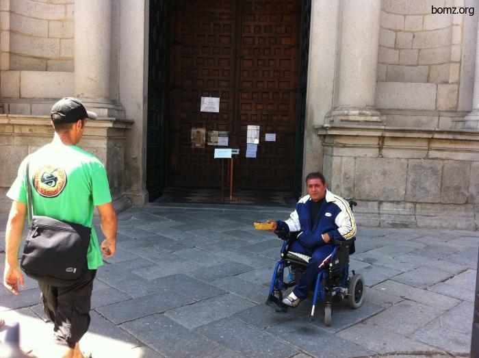 Инвалид под церковью