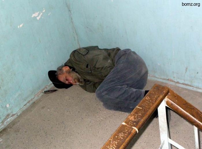 Бомж спит в подъезде