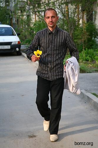 Бомж дарит цветы репортеру
