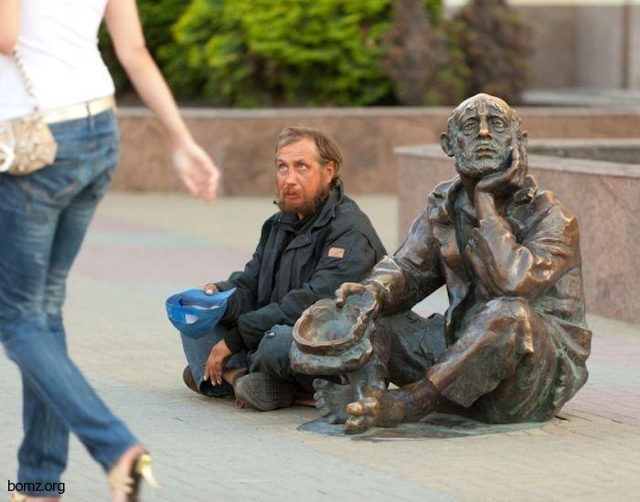 Памятник бомжу в Челябинске