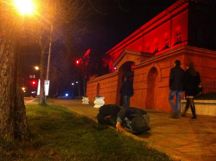 Бомж спит под университетом им. Т. Г. Шевченко