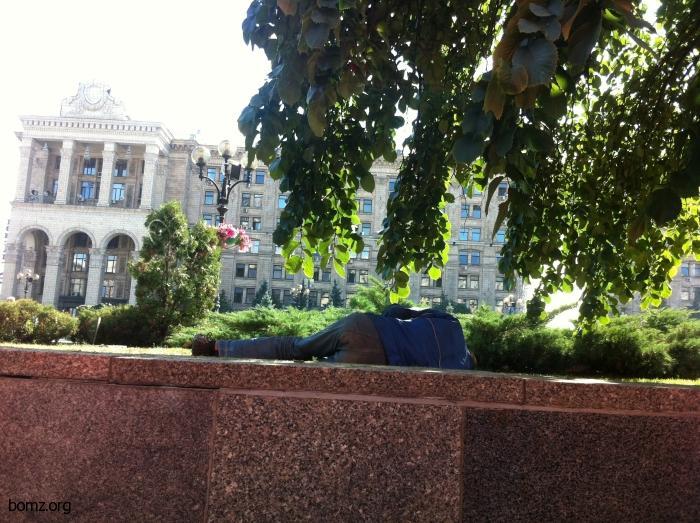В жаркие дни, днем бомжи предпочитают отдыхать в тени