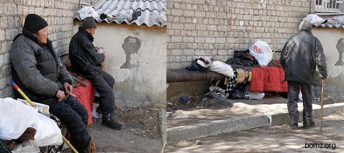 У детской поликлиники в центре Саратова поселились бомжи