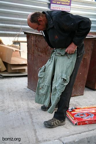 Бомж Олег нашел штаны на помойке