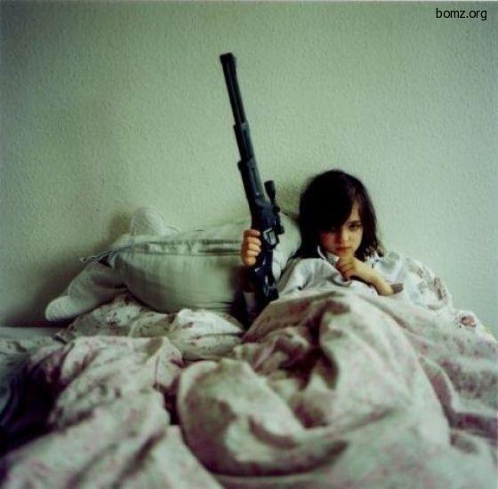 в постели с оружием