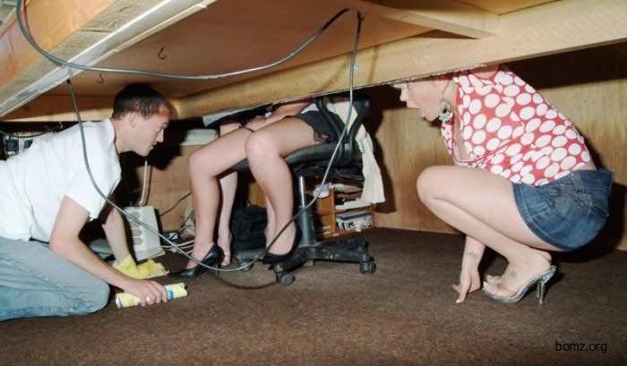 Спрятался под столом и подглядывал