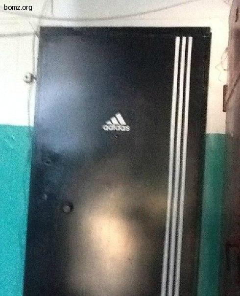 Дверь adidas (четкая дверь адидас)